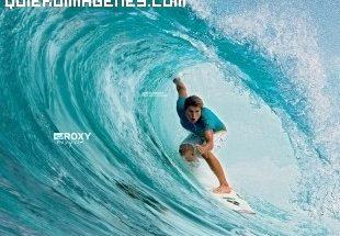 Surfista cabalgando en un tubo imágenes
