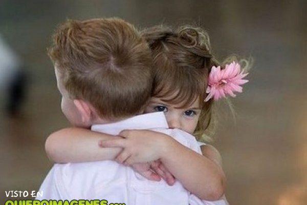 Tierno abrazo de niños imágenes
